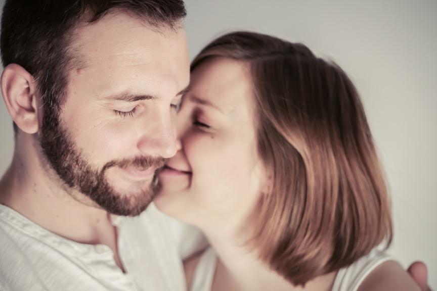 Foto: hello_beautiful / photocase.de; Foto eines Paares mit geschlossenen Augen in Umarmung